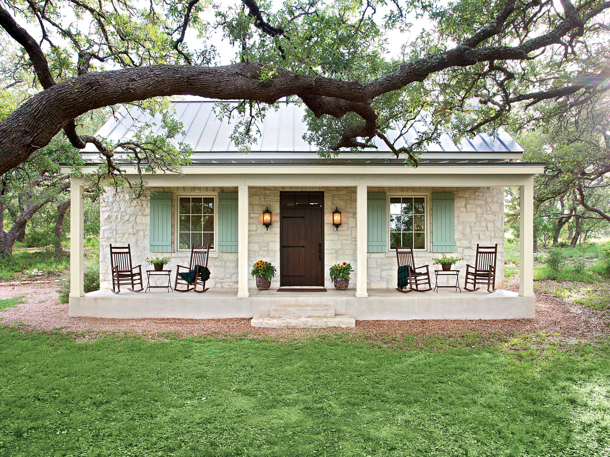 Charming texas farmhouse curb appeal southern living for Farmhouse cottage style