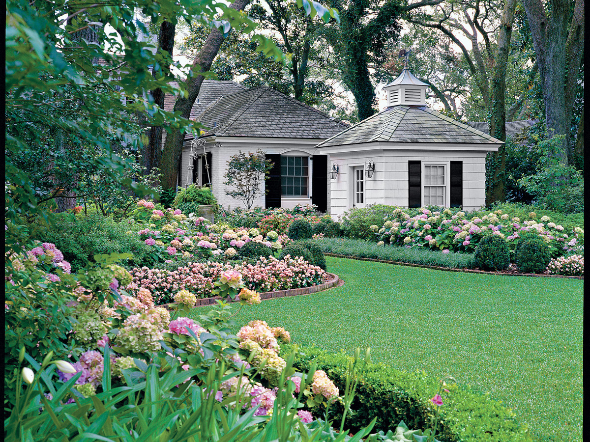 Keys to a beautiful garden southern living for Beautiful home gardens