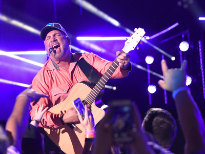 Garth Brooks Performing