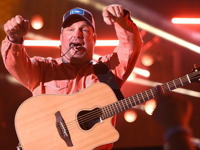 garth brooks serenades 89 year old woman