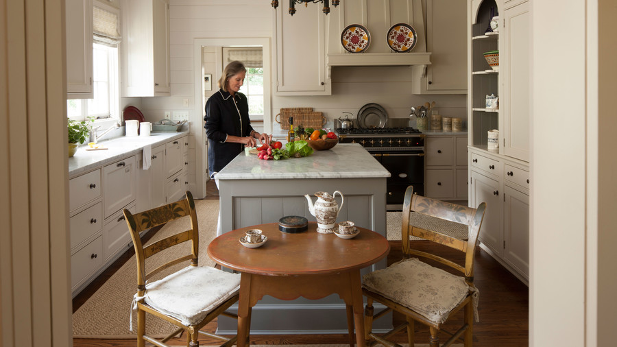 Cape cod cottage style decorating ideas southern living for New england cottage style