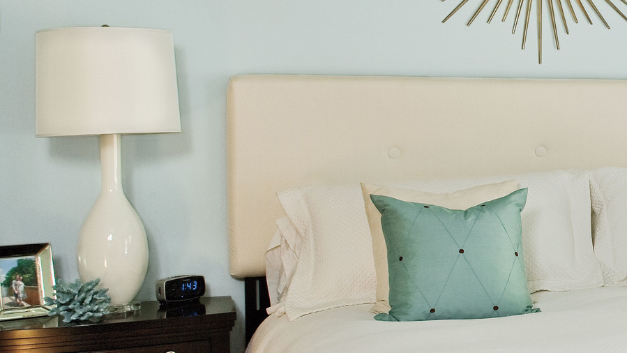 5 Ideas to Illuminate the Bed of a Hotel with Wall Sconces