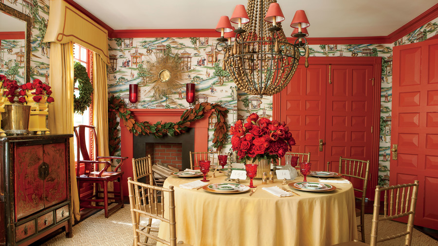 https://img1.southernliving.timeinc.net/sites/default/files/styles/4_3_horizontal_inbody_900x506/public/image/2016/12/main/dramatic_red_and_gold_christmas_dining_room_2165003_041.jpg?itok=niL02k6N