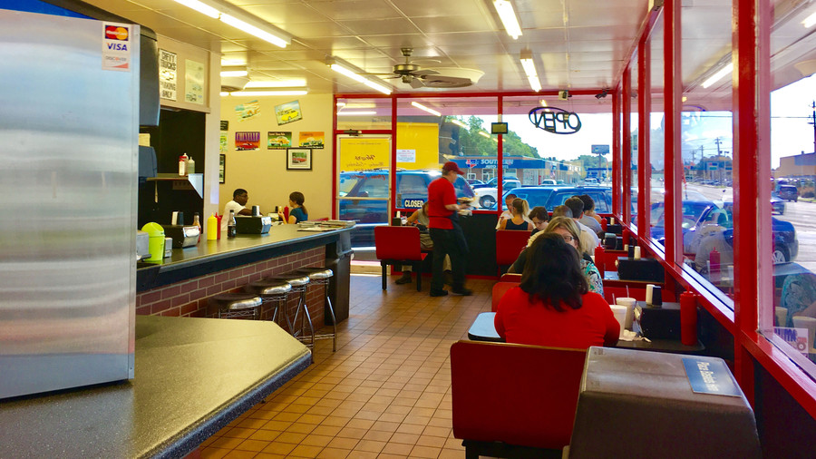 Diner Bordering on Dive: Jeff's Burgers, Dogs & Shakes