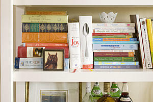 Apartment Decorating: Artfully Arrange Bookshelves