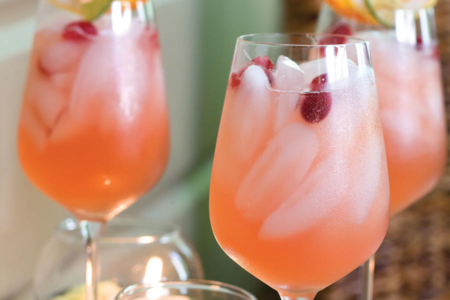 "[RECIPE_LINK ""1665308"" ""Pink Lemonade Cocktail""]"