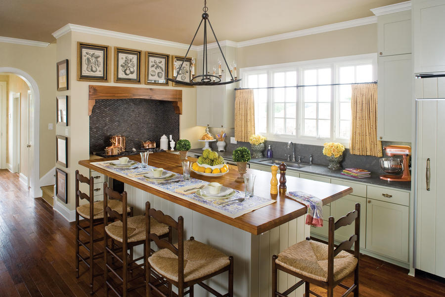 Kitchen with built-in breakfast room