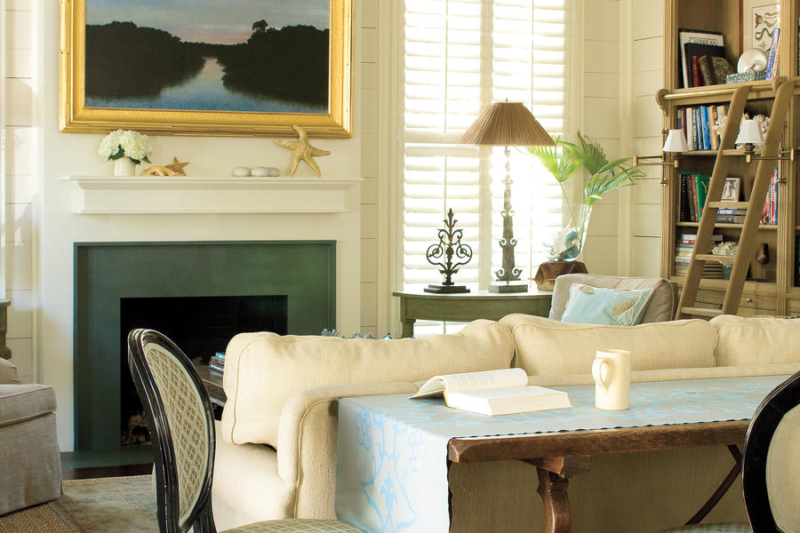 Subtle coastal living room beach living room decorating for Southern living decorating ideas living room