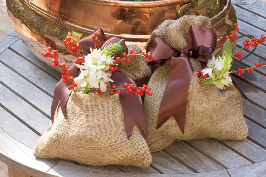 Christmas Decorating Ideas: Burlap Vase Gift