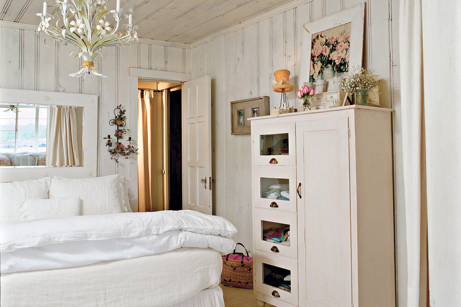 Cottage white master bedroom decorating ideas southern for Cottage bedroom designs