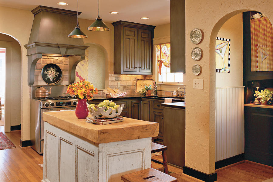 a cozy cottage style kitchen yellow decorating ideas southern living. Black Bedroom Furniture Sets. Home Design Ideas
