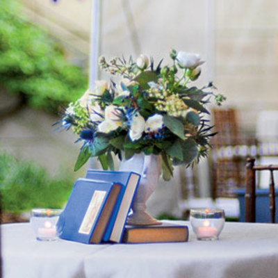 Distinctive blue and white wedding table centerpiece - Blue and white centerpieces ...