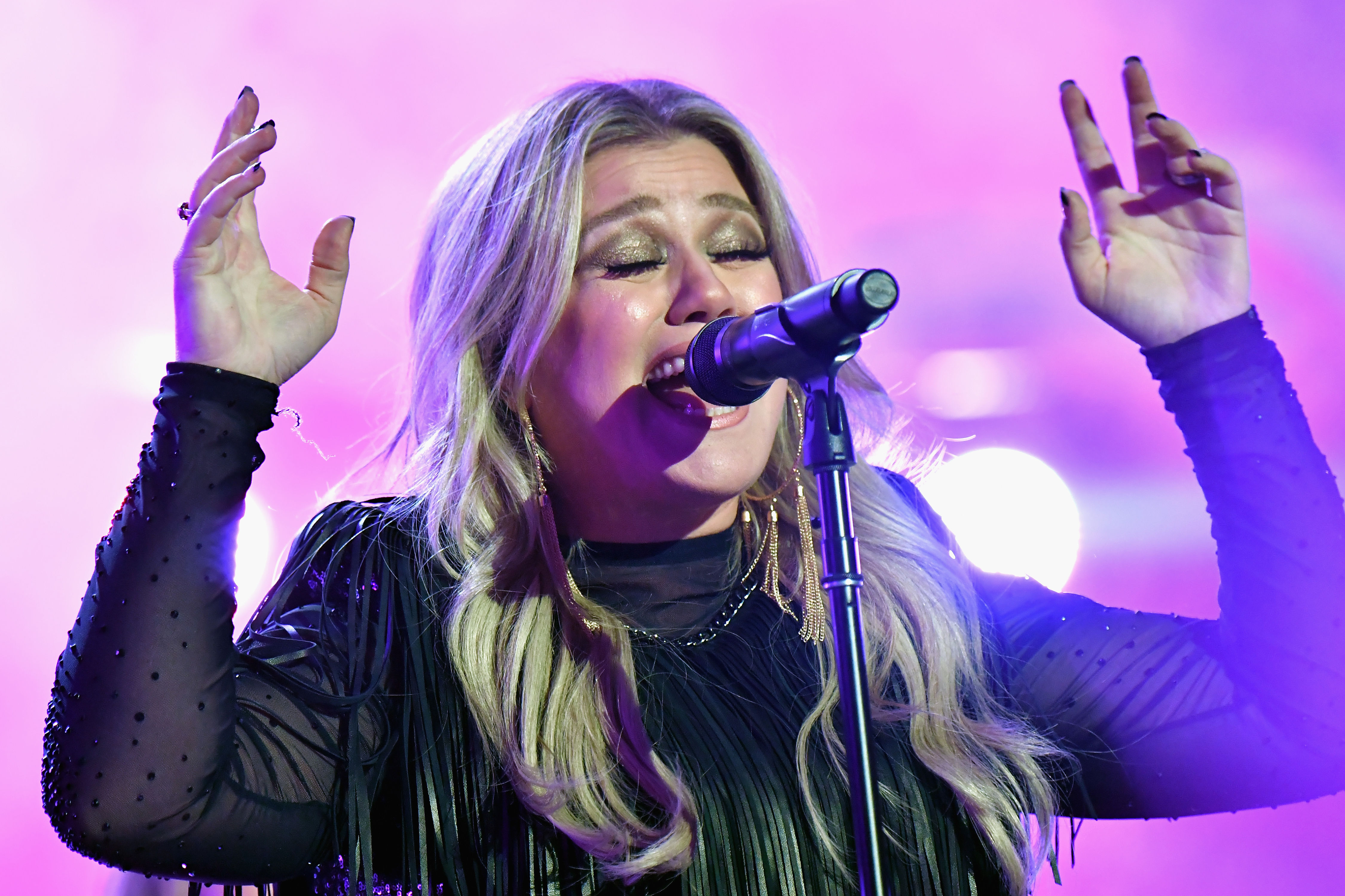 Kelly Clarkson Crashes Wedding with Special Musical Performance