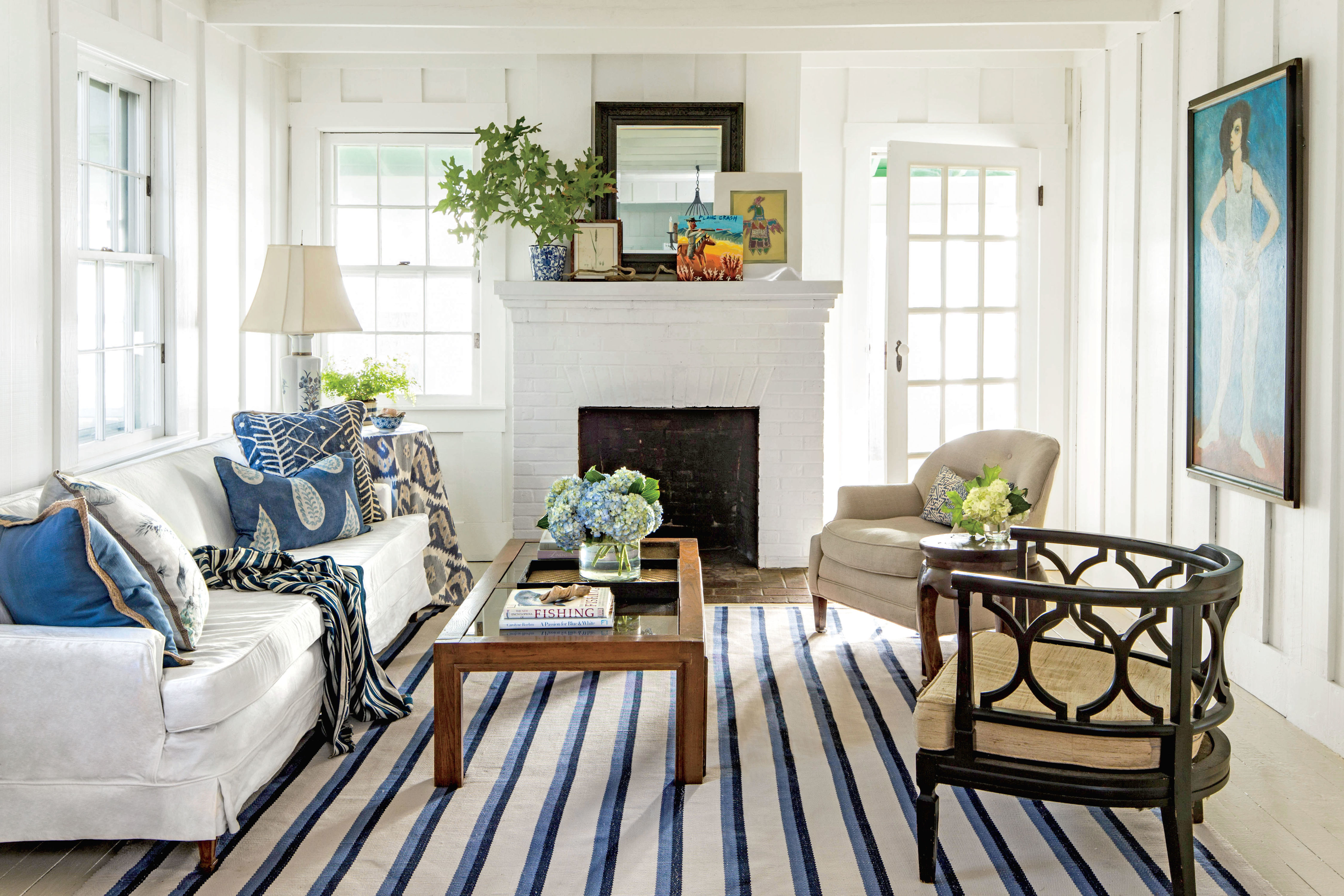 https://img1.southernliving.timeinc.net/sites/default/files/styles/landscape_3_2/public/image/2016/12/main/small-space-decorating-2016-2436301_potom00041.jpg