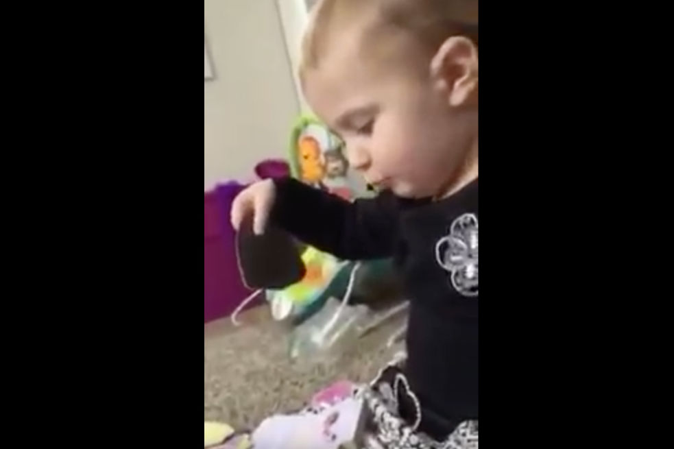 "2-Year-Old Sings Dolly Parton's ""Jolene"""