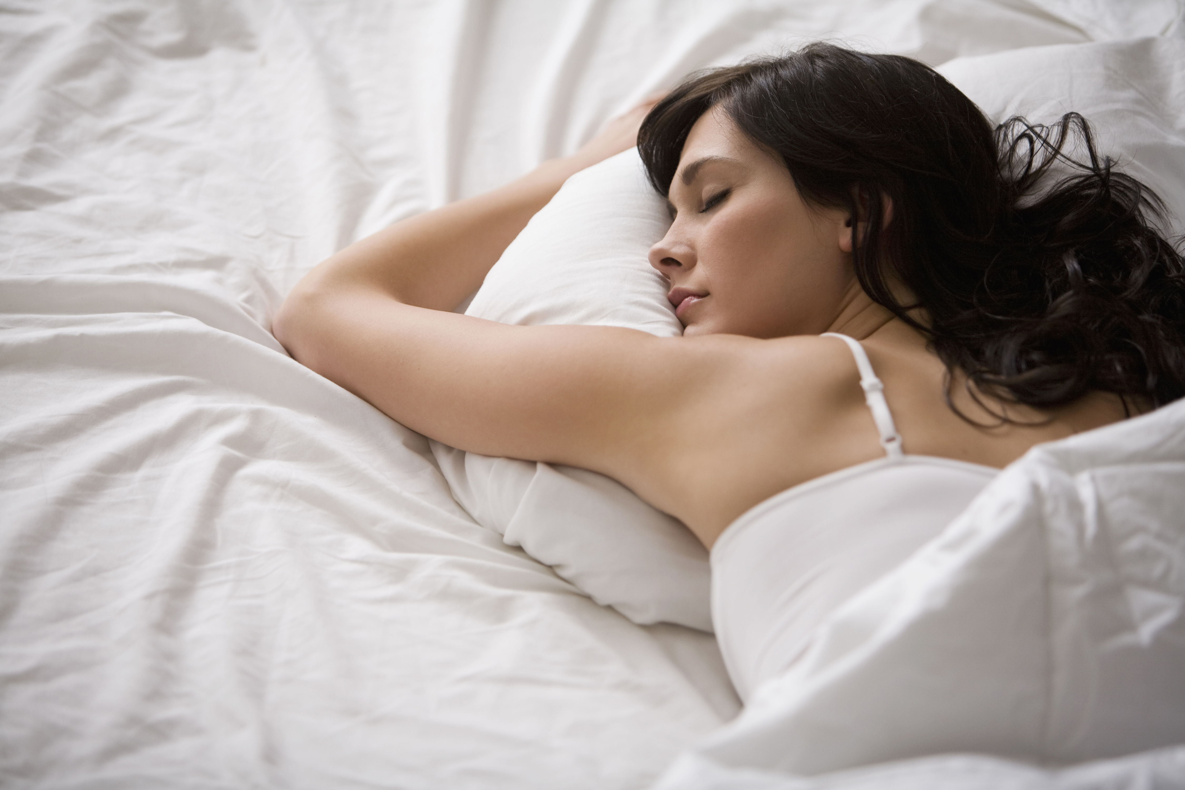 WATCH: This Is the Best Temperature for Sleep, According to a Sleep Doctor