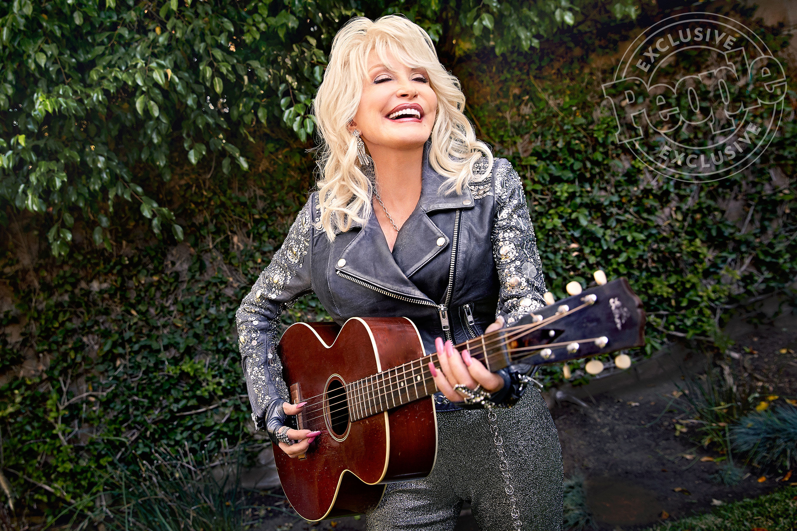 Dolly Parton Isn't Afraid of Aging and Hopes to 'Fall Dead in the Middle of a Song' on Stage