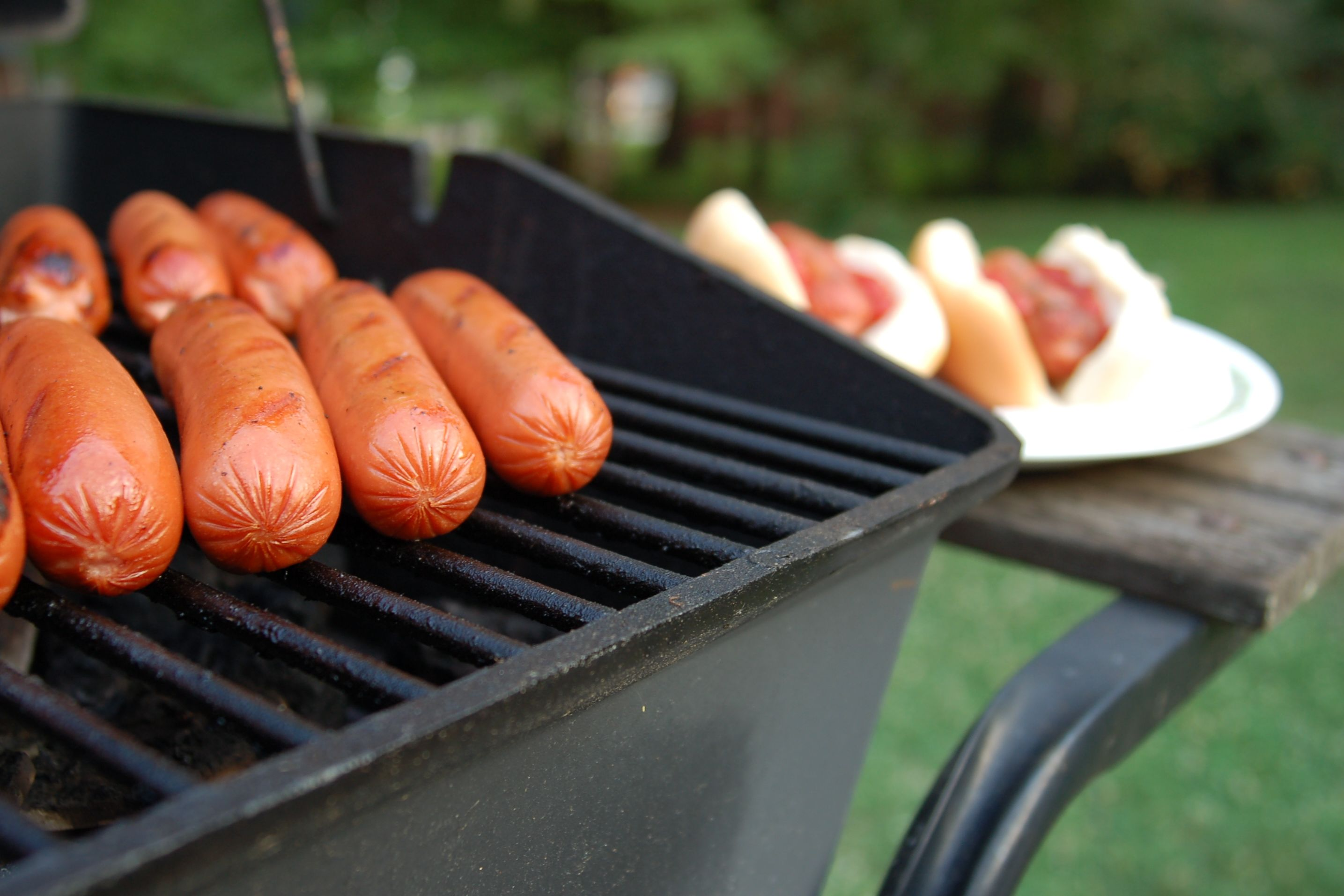 Why Hot Dogs and Hot Dog Buns Come in Different Amounts