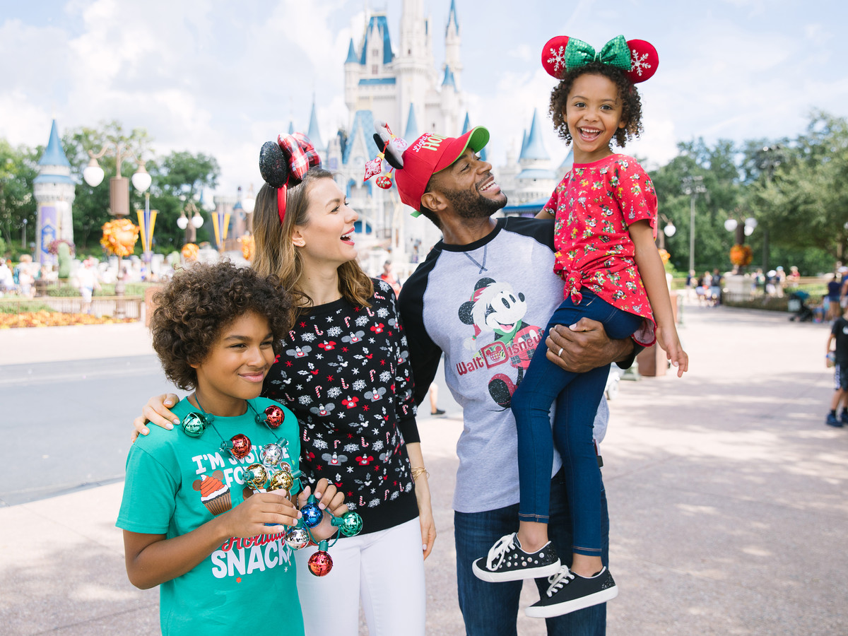 DisneyParksHoliday_FamilyAttire