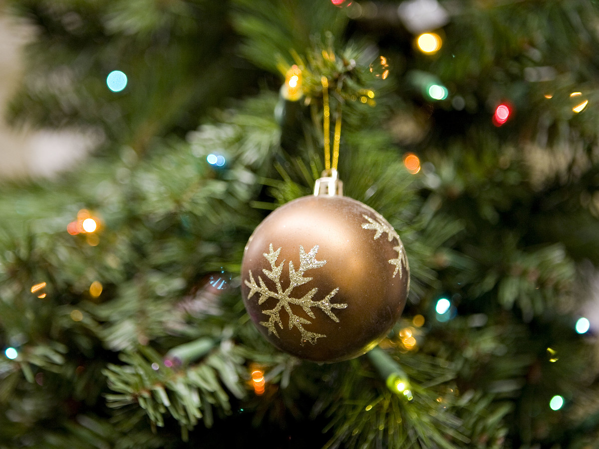 The Best Artificial Christmas Tree - How to Pick the Right Fake Tree ...