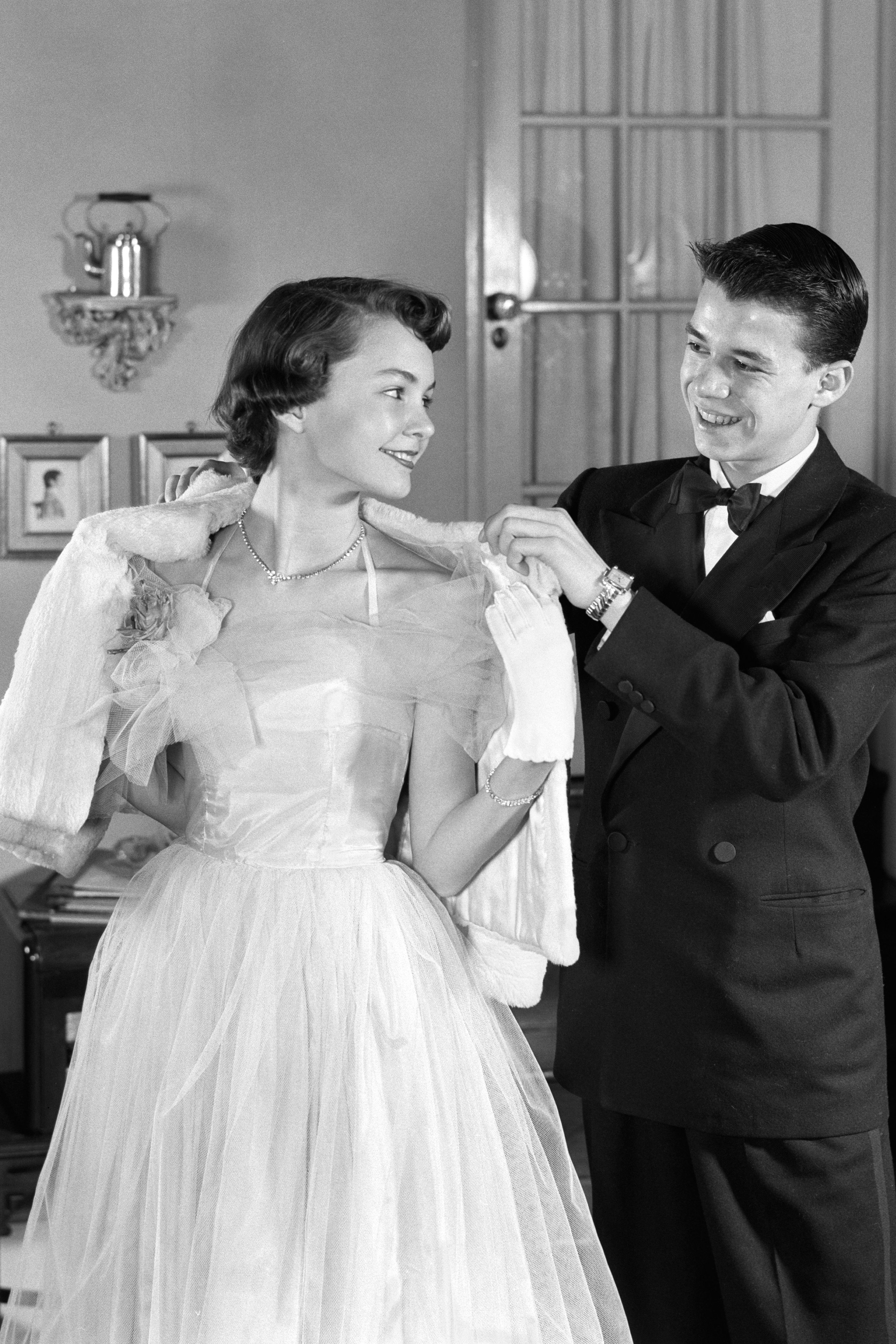 7 Old-School Dating Tips We Want to Bring Back