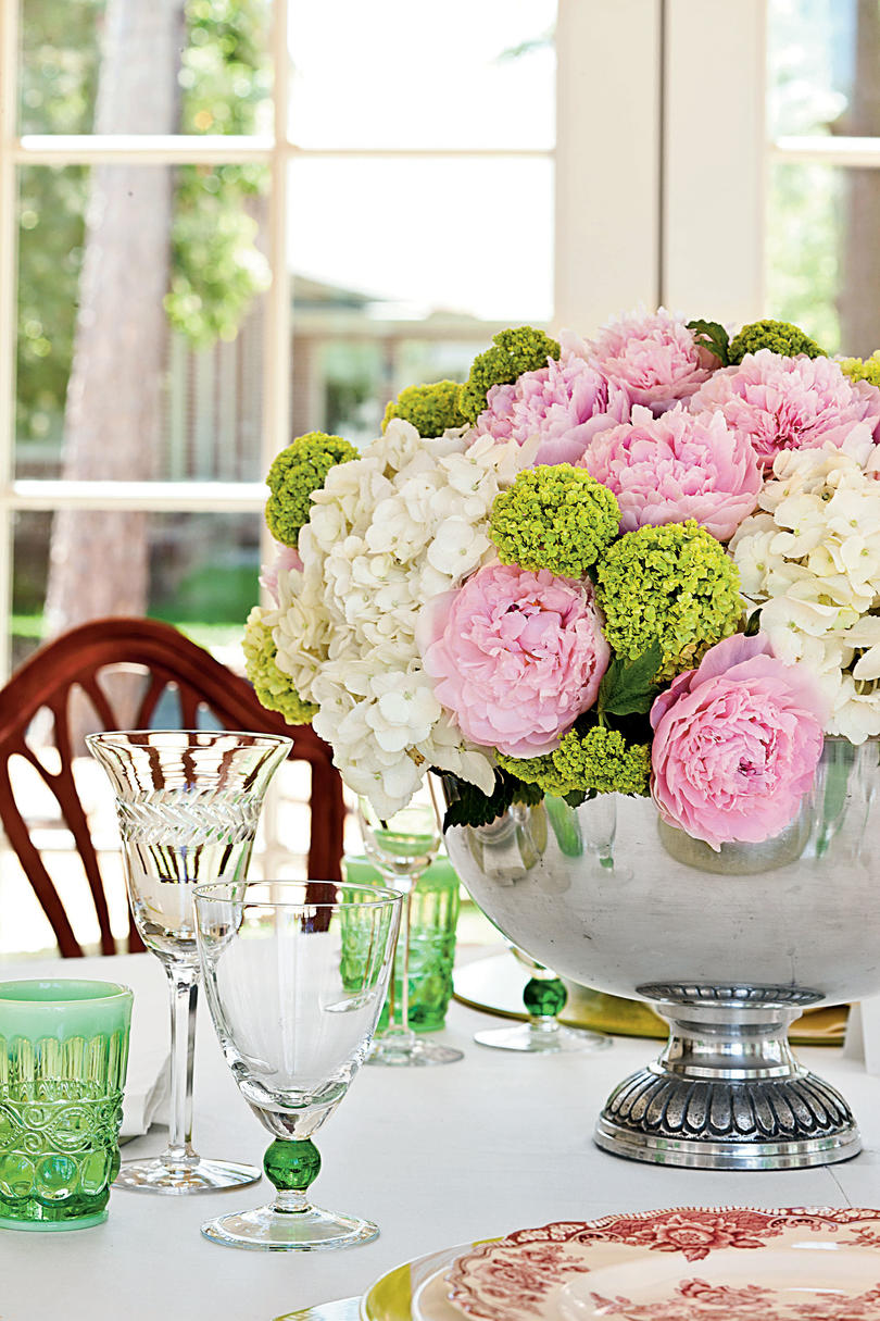 Glorious table setting with romantic garden roses