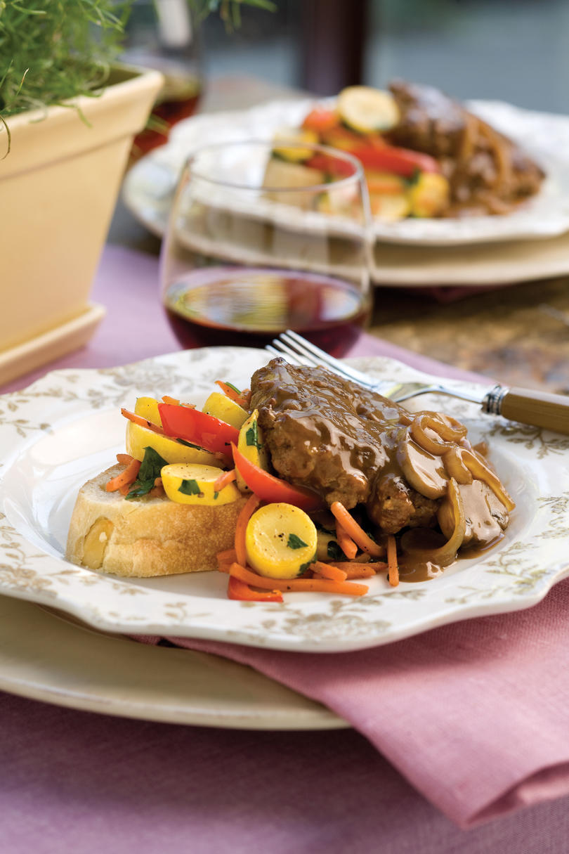 Ricette di carne macinata: Hamburger Steak With Sweet Onion-Mushroom Gravy