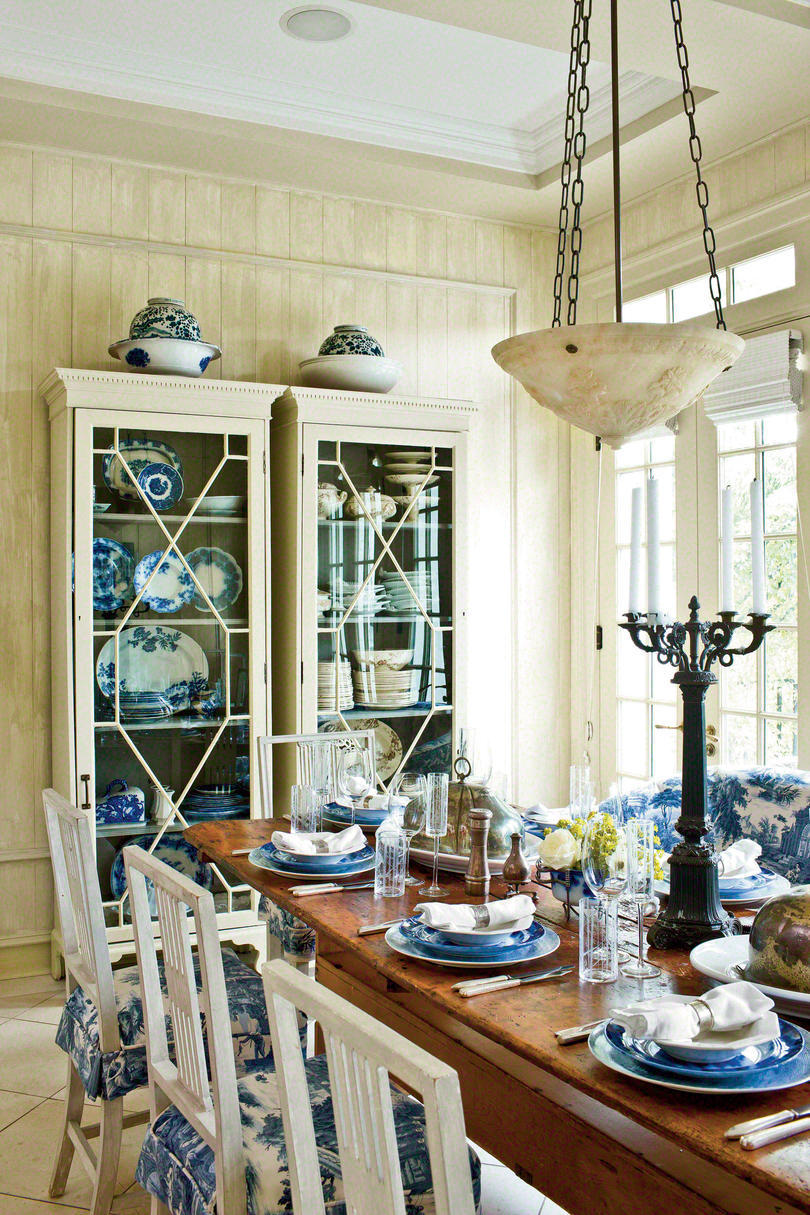 Pretty southern table setting ideas southern living for Relaxed dining room ideas