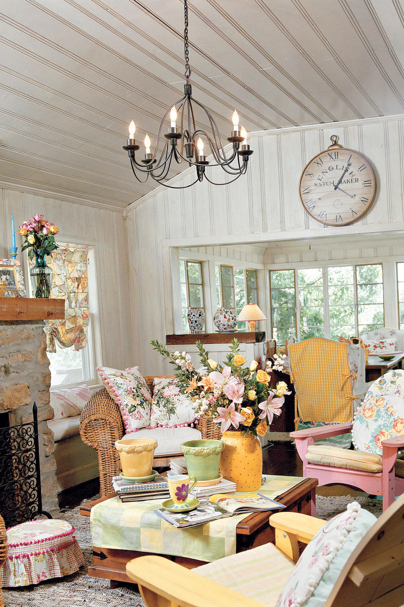 106 living room decorating ideas southern living for Cottage home decorations