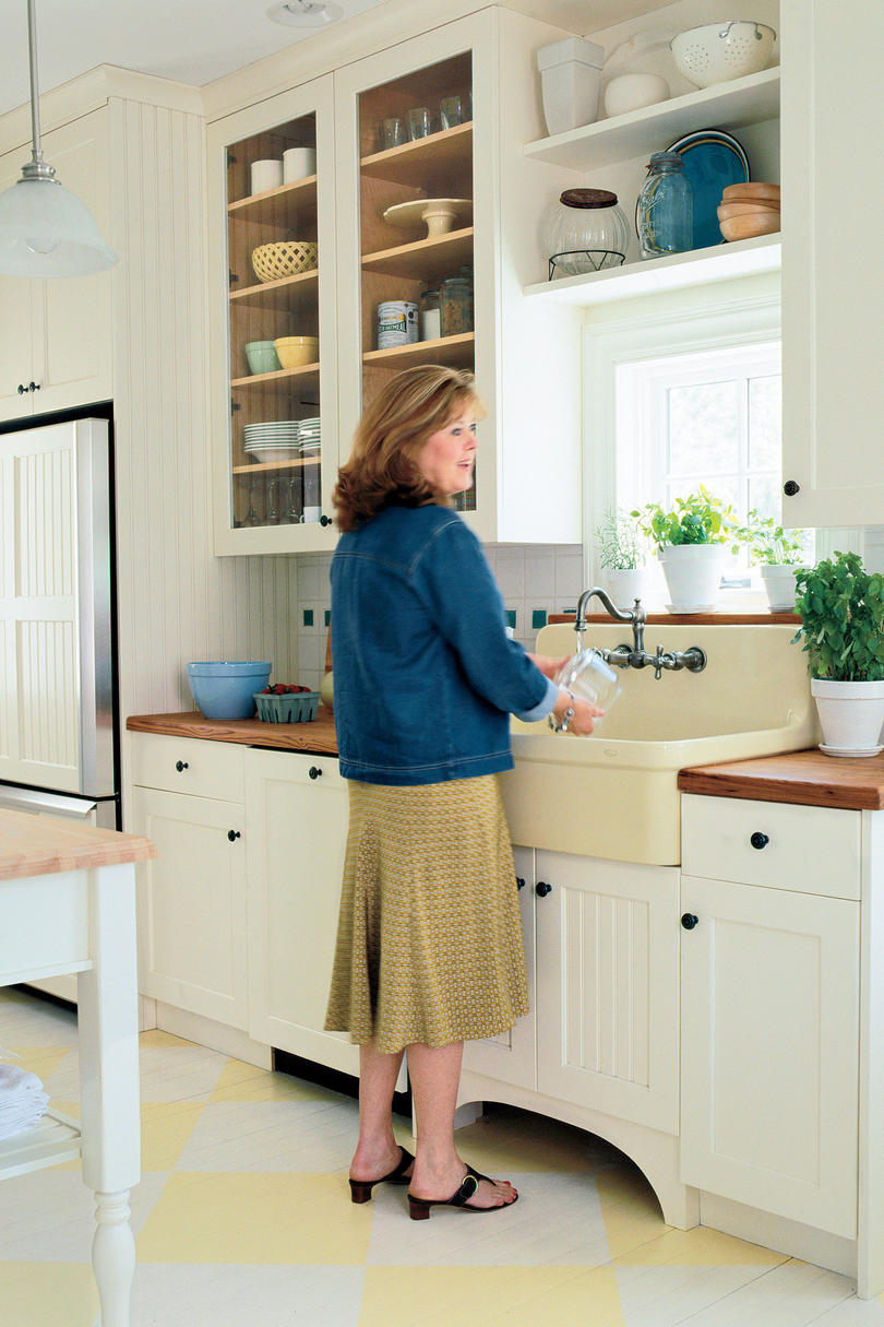 A decorator 39 s 1920s home redo southern living for 1925 kitchen designs