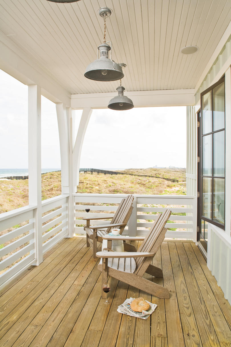 Beach decorating ideas outdoor spaces southern living for Beach house plans with decks