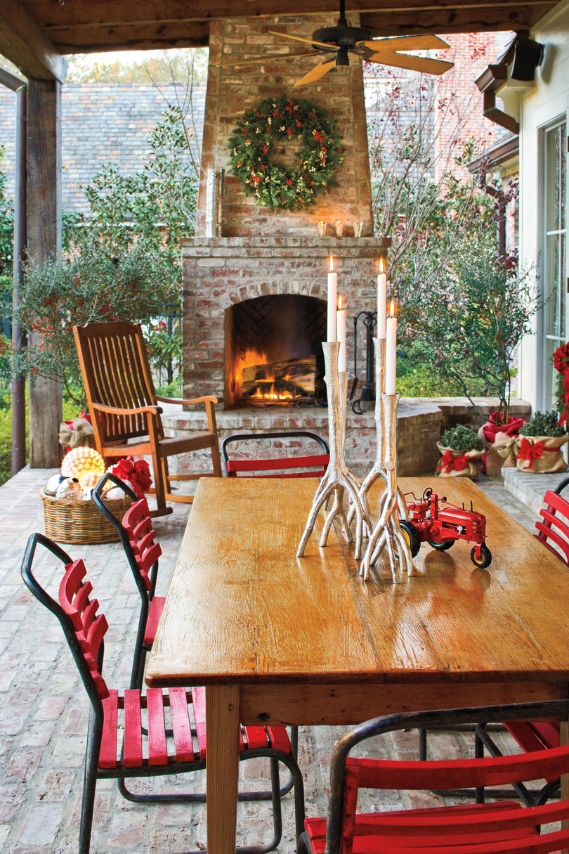 100 fresh christmas decorating ideas southern living - Christmas decorating exterior house ...