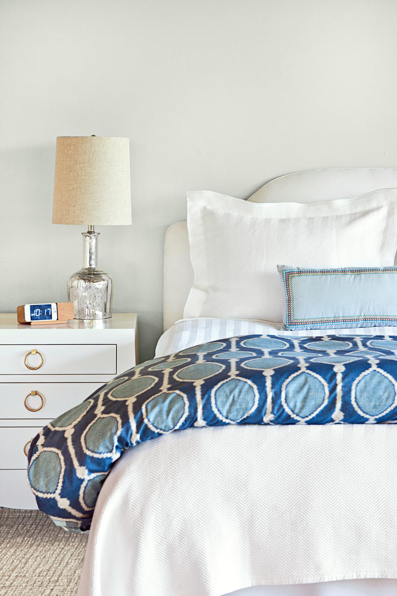 Merveilleux White Bedroom With Blue Comforter