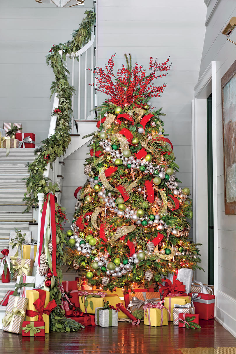 decorate your tree in five easy steps southern living - Steps To Decorating A Christmas Tree