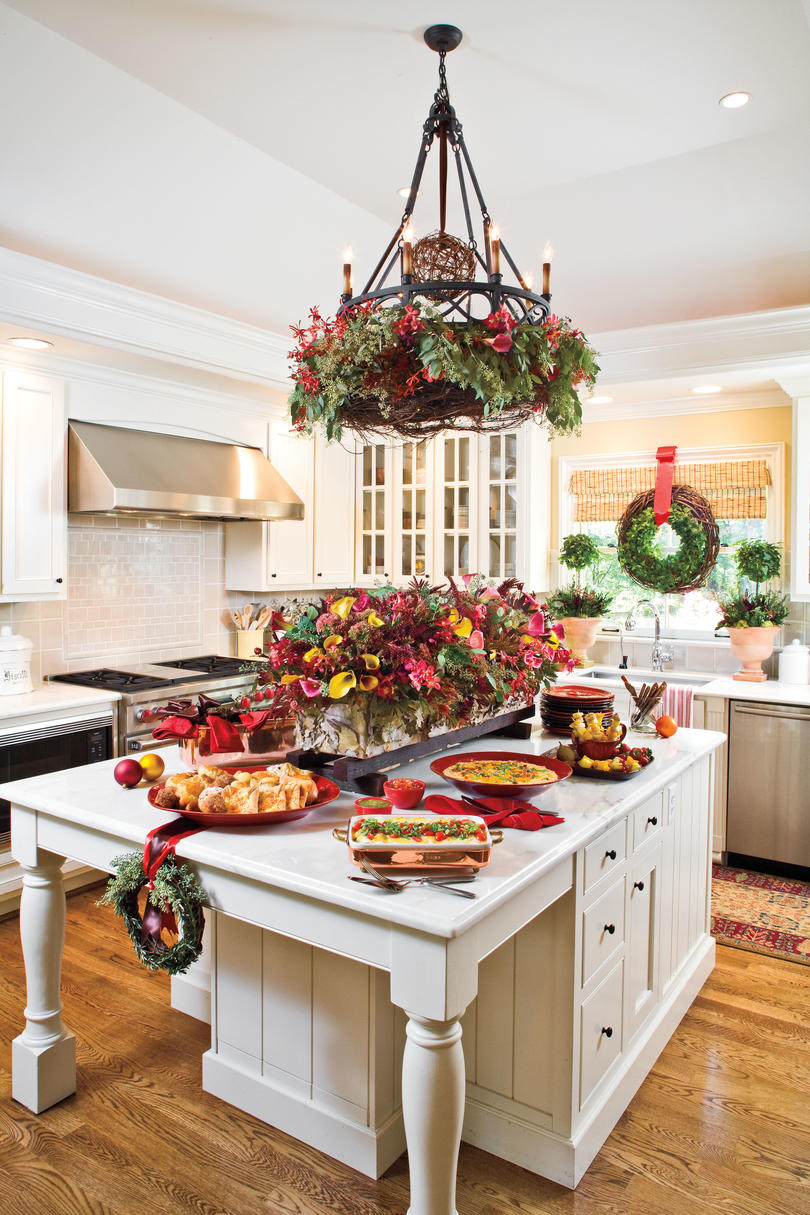 Our favorite christmas kitchens southern living for Christmas kitchen decor