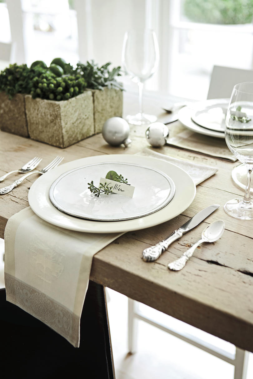 Christmas Table Setting Stunningly Simple