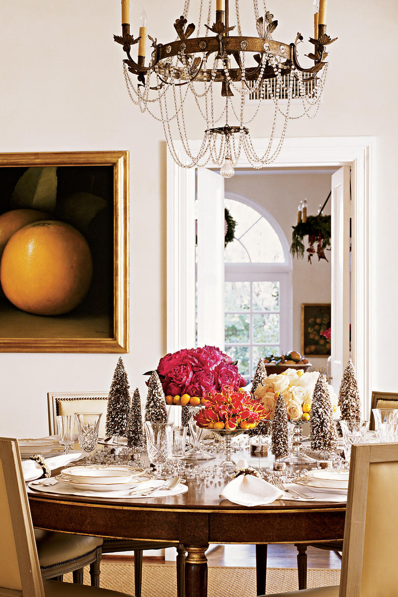 Christmas in the dining room southern living for Room decor christmas