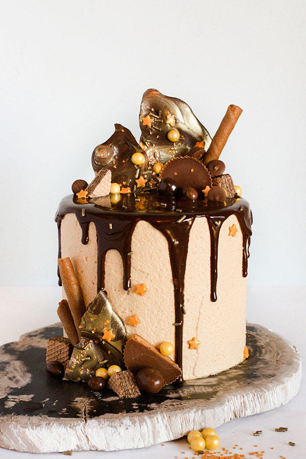 Unbelievable halloween cakes from around the web for Halloween chocolate cake decorations