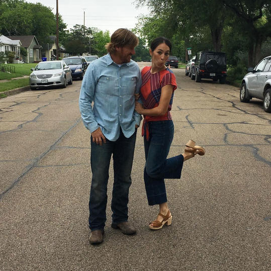 you ll never guess who s making an appearance on the final season of fixer upper southern living. Black Bedroom Furniture Sets. Home Design Ideas