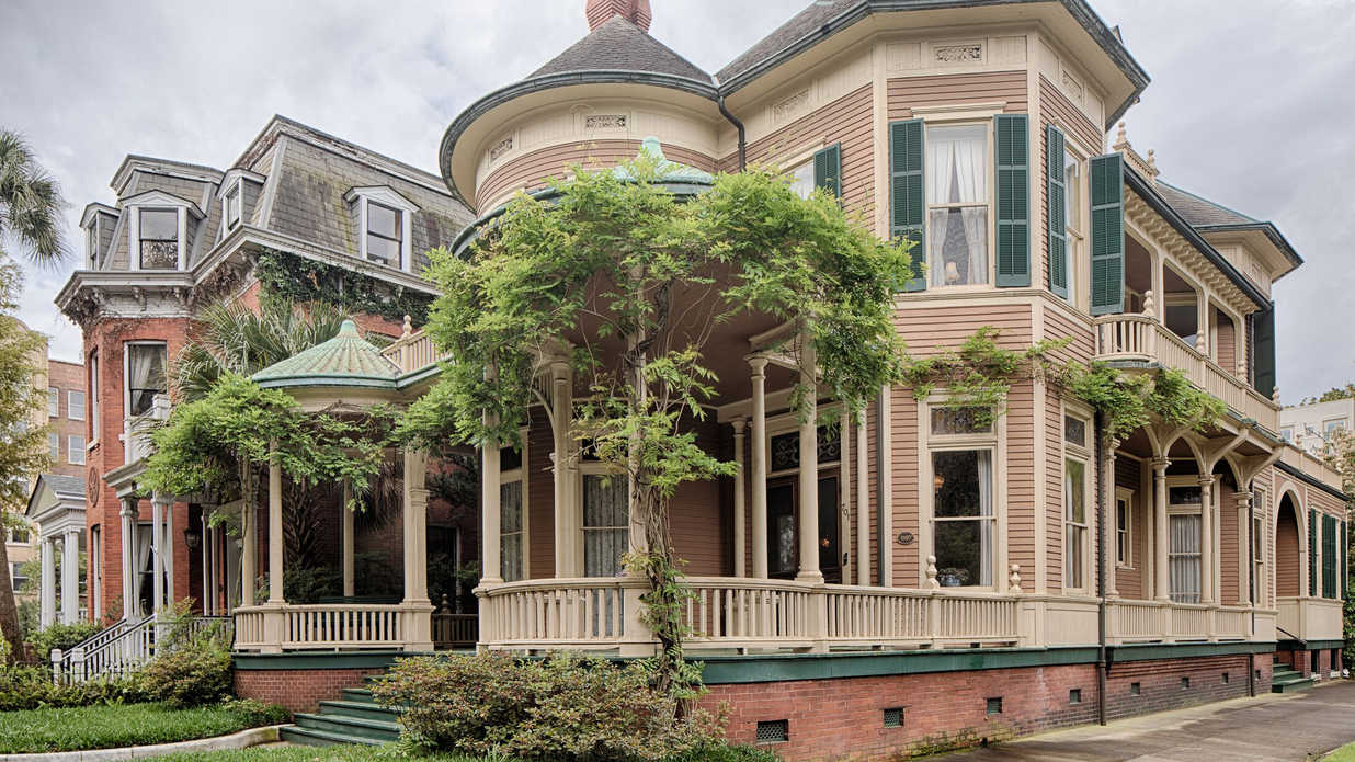 This Iconic Savannah Home—Overlooking Forsyth Park—Just Hit the Market