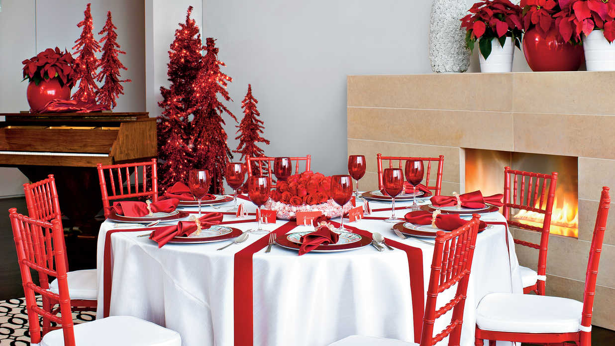 Merry bright christmas table decorations southern living - Como decorar una mesa para una cena ...