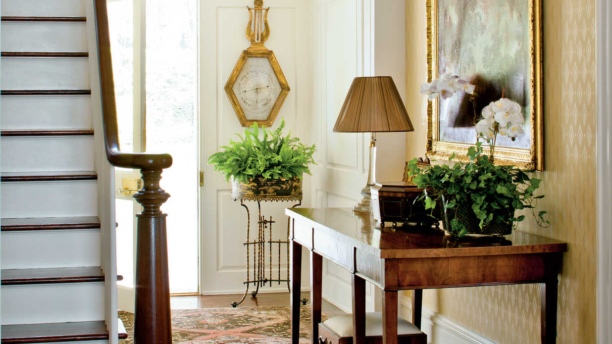How to decorate your foyer southern living for Foyer traditional decorating ideas
