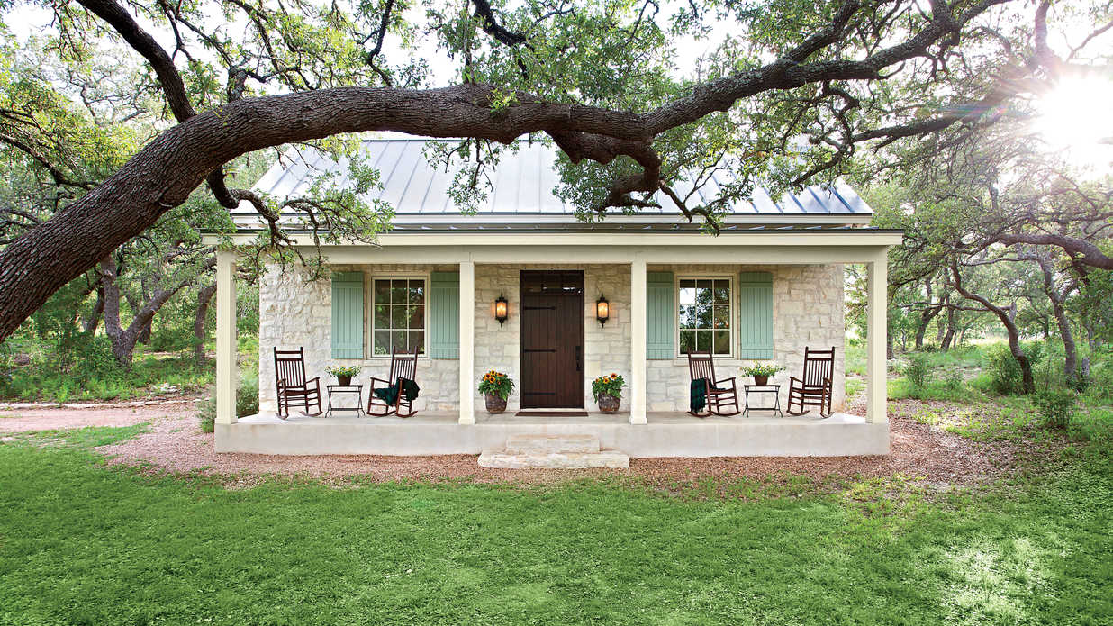 Charming texas farmhouse curb appeal southern living for Front of house magazine