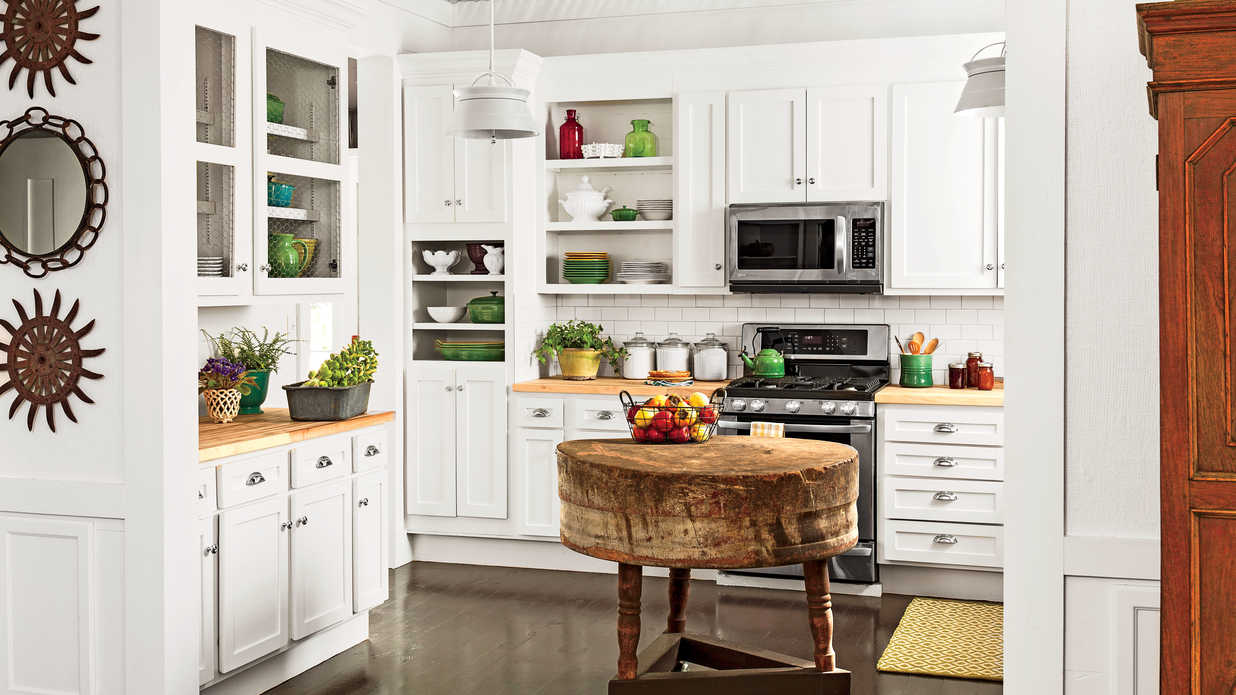 Secondhand white cabinets crisp classic white kitchen for Southern kitchen design
