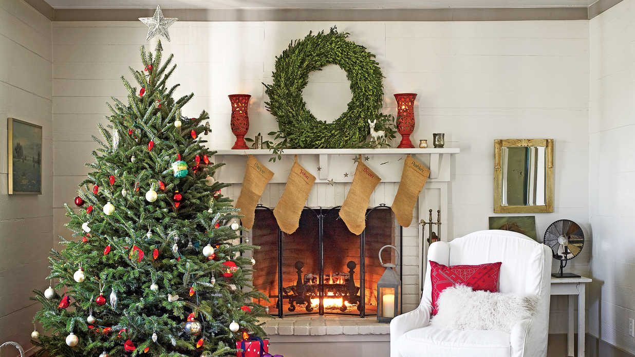 Our favorite living rooms decorated for christmas for Xmas living room ideas