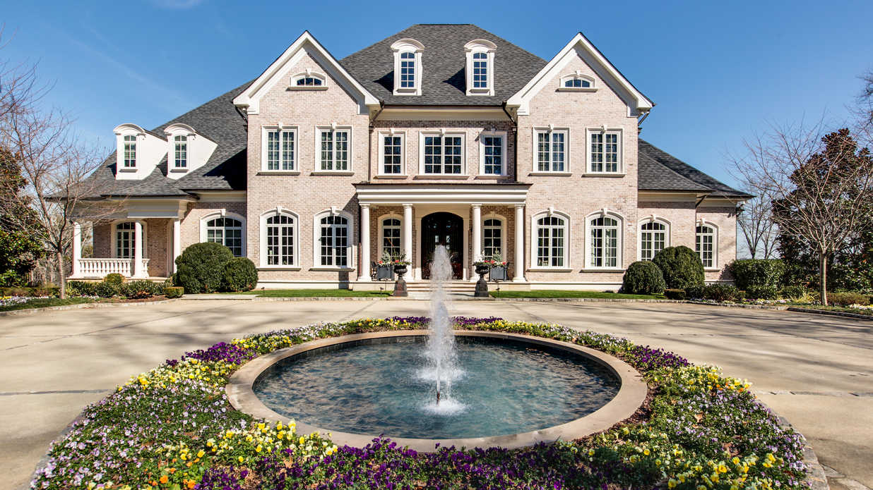 Kelly clarkson 39 s incredible tennessee mansion is for sale for 7 million dollar homes for sale