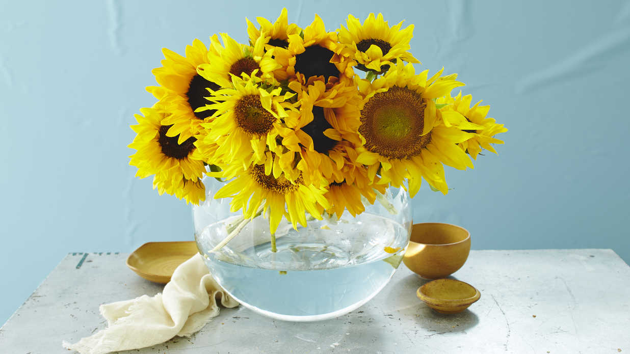 These Sunflower Centerpieces Will Brighten Up Your Breakfast Table