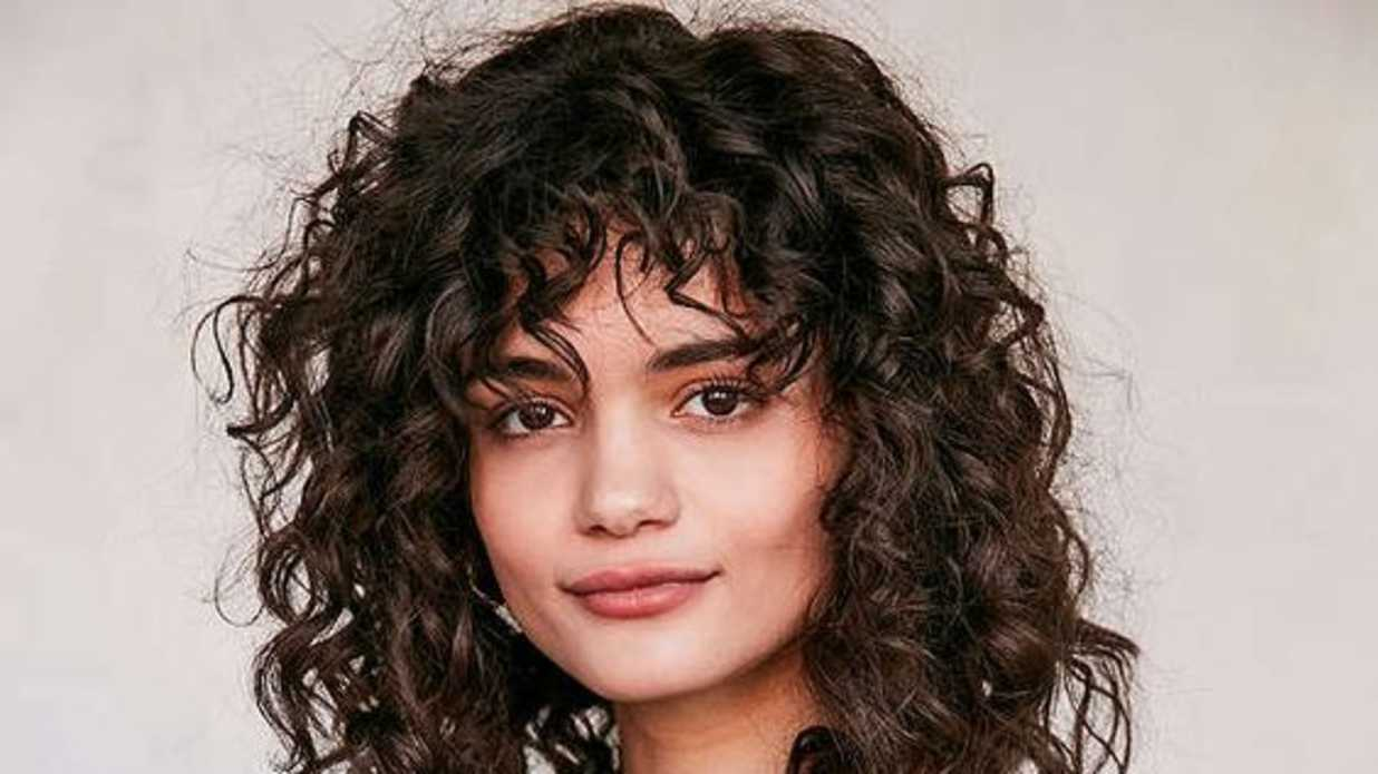 Medium Hair Curly Styles: Proof That Curly Hair Girls Can Wear Bangs Too