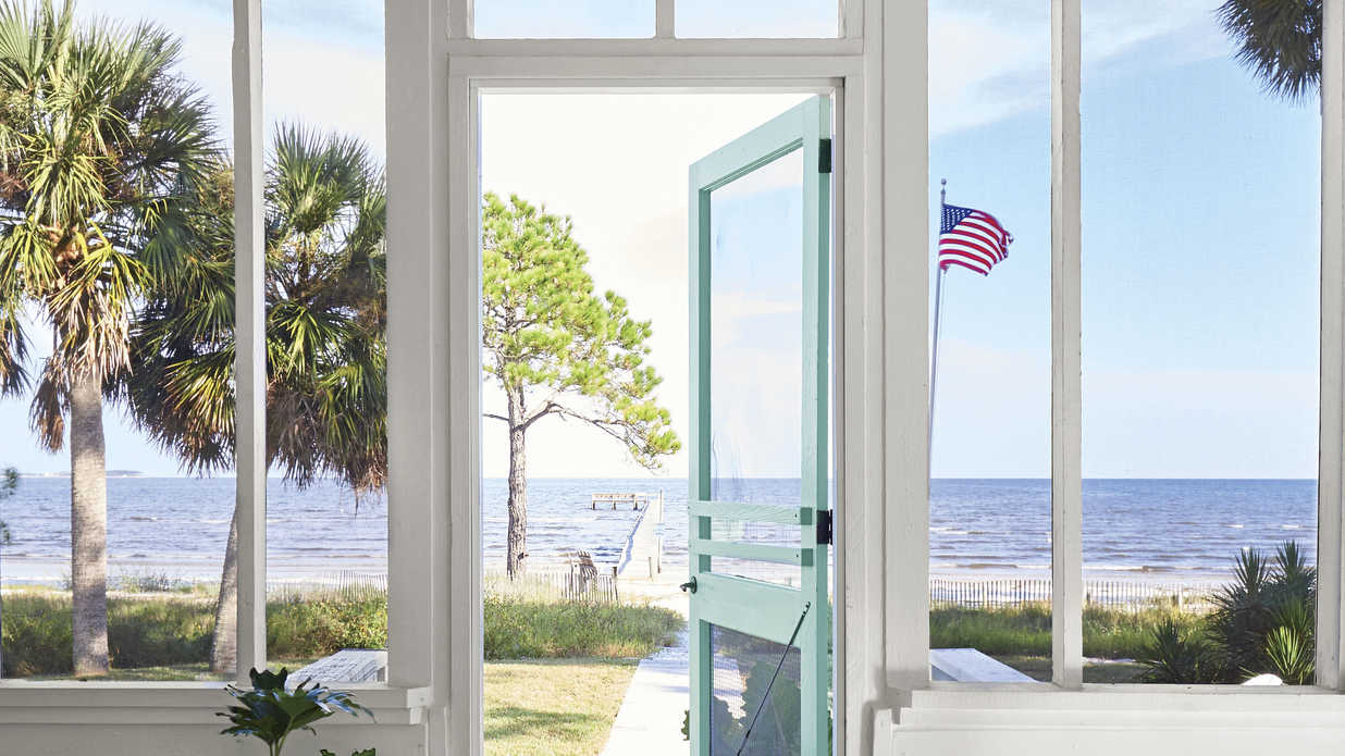 35 Beach House Décor Items to Transform Your Home Into a Seaside Paradise