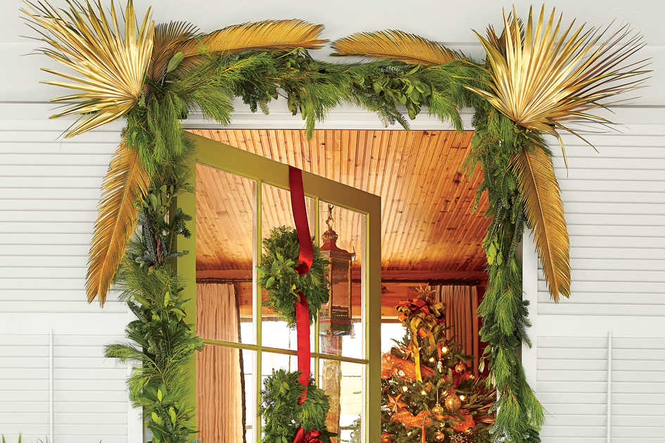 Christmas and holiday home decorating ideas southern living for Seasonal decorations home
